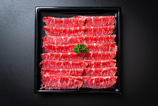 Frisches rindfleisch roh geschnitten mit marmorierter textur Premium Fotos