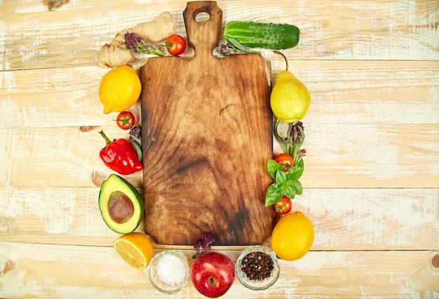 Frisches rohes gemüse, obst und zutaten für gesundes kochen Premium Fotos