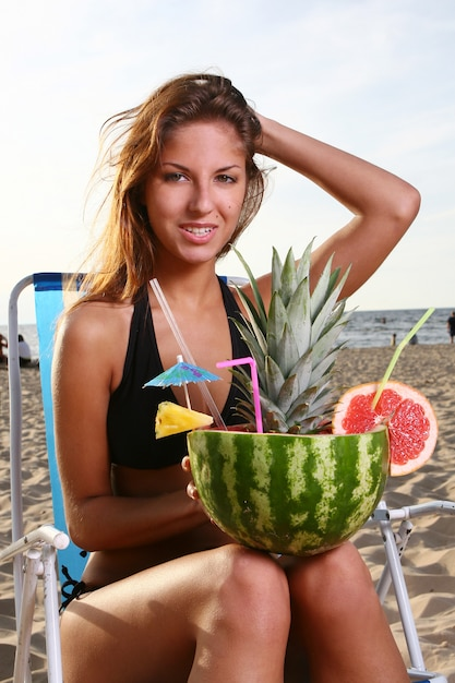 Frisches sommercocktail mit nachtisch und wassermelone Kostenlose Fotos