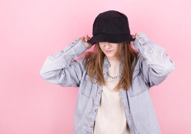Frisches sommermädchen im jeanshemd und im schwarzen panamahut. party monochrome vanille stil. minimale designtrends Premium Fotos