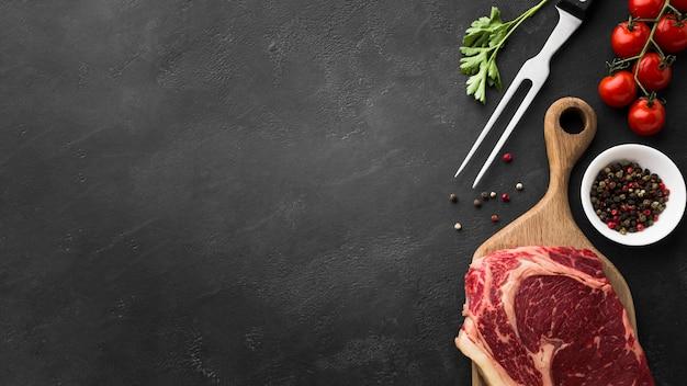 Frisches steak der draufsicht auf dem tisch mit kopienraum Kostenlose Fotos