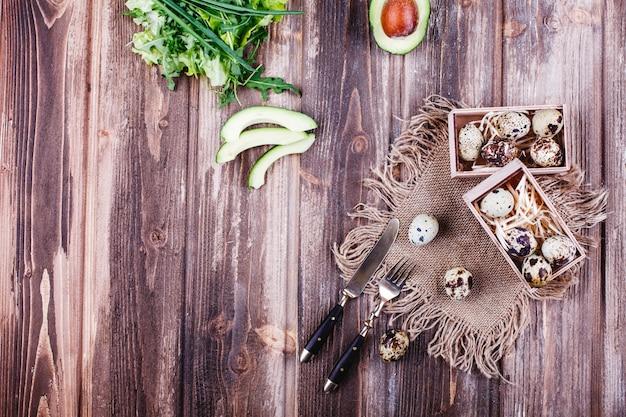 Frisches und gesundes essen, eiweiß. wachteleier in der holzkiste stehen auf der rustikalen tabelle Kostenlose Fotos