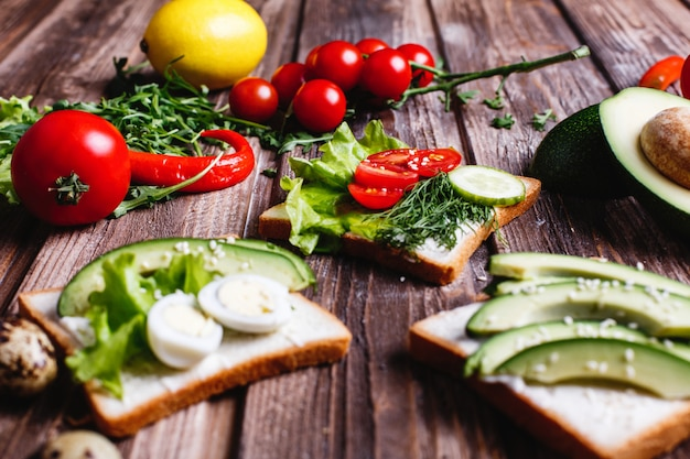 Frisches und gesundes essen. frühstück oder mittagessen ideen. brot mit käse, avocado und grün Kostenlose Fotos