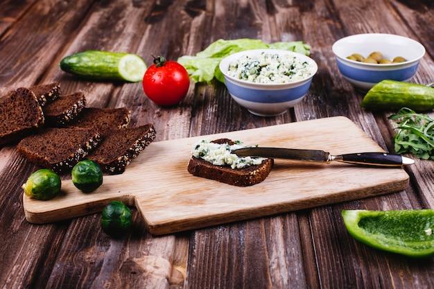 Frisches und gesundes essen. frühstücks-, snack- oder mittagsvorschläge. brot mit käse Kostenlose Fotos