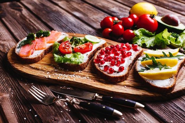 Frisches und gesundes essen. imbiss oder mittagessen ideen. selbst gemachtes brot mit käse, avocado Kostenlose Fotos