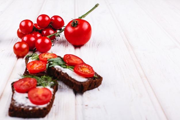 Frisches und gesundes essen. imbiss oder mittagessen ideen. selbst gemachtes brot mit käse Kostenlose Fotos