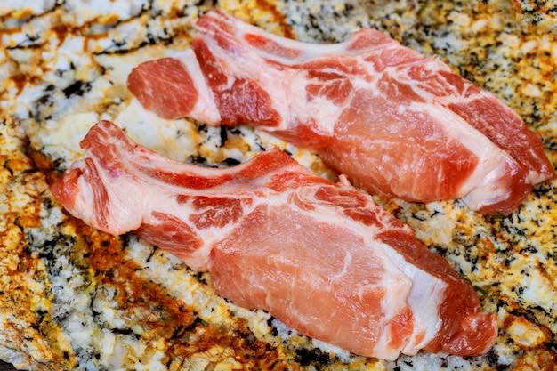 Frisches und rohes fleisch. rippchen und schweinekoteletts ungekocht, mit aufschnitt zum grillen und grillen Premium Fotos