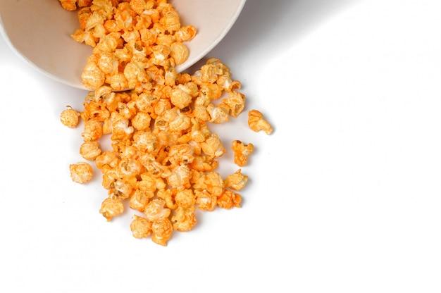 Frisches und warmes geschmackvolles salzpopcorn in einem weißbucheimer Premium Fotos