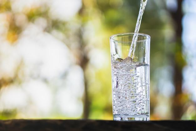 Frisches wasser auf trinkglas gießen Premium Fotos