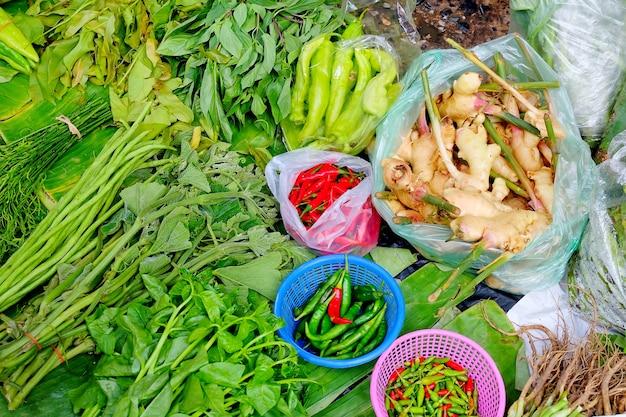 Frischgemüse setzte bananenblatt am lokalen markt. über ansicht. Premium Fotos