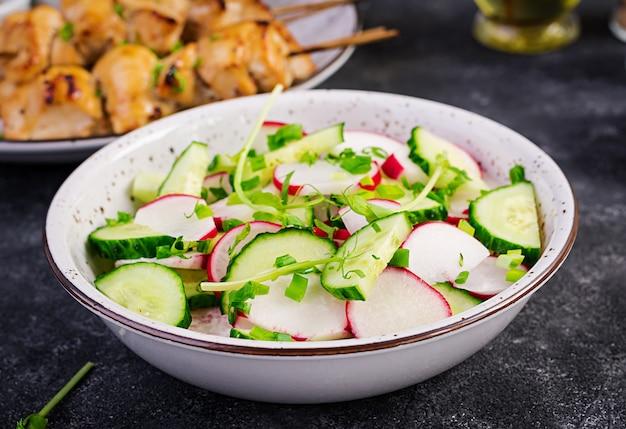 Frischgemüserettich- und -gurkensalat mit frühlingszwiebeln und microgreens erbsen Premium Fotos