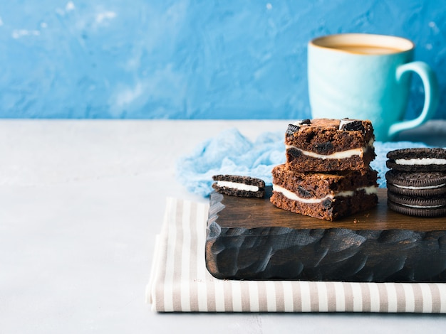 Frischkäse-brownies mit keksen Premium Fotos