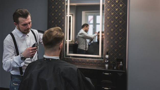 Friseur Der Kunden Nahe Spiegel Rasiert Download Der Kostenlosen
