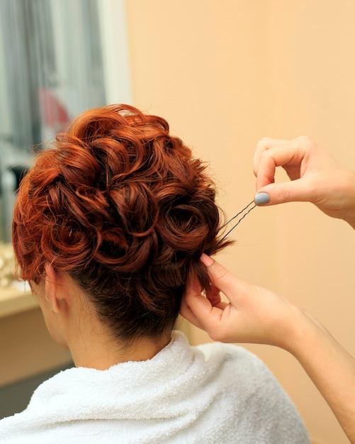 Friseur macht schöne frisur im salon c Premium Fotos