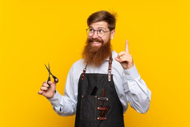 Friseur mit langem bart in einer schürze Premium Fotos