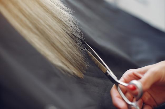 Friseur schnitt haar ihr klient in einem friseursalon Kostenlose Fotos