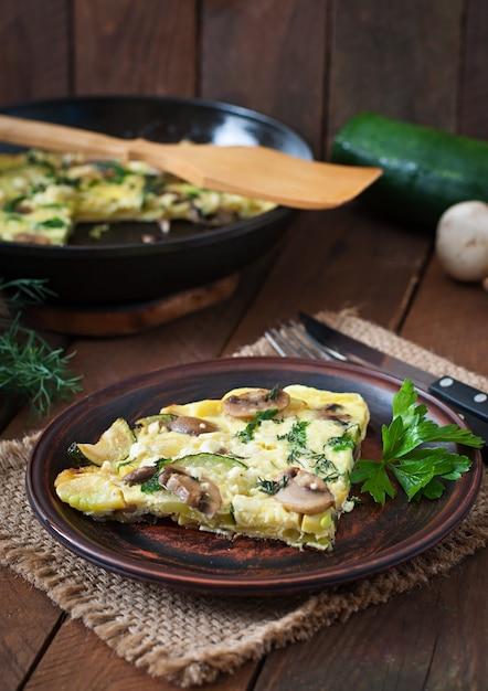 Frittata mit champignons, zucchini und käse Kostenlose Fotos