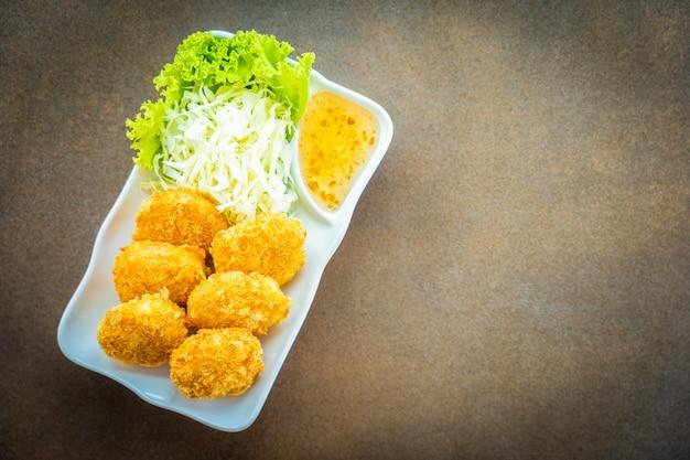 Frittierter garnelenkuchen oder -ball mit gemüse Kostenlose Fotos