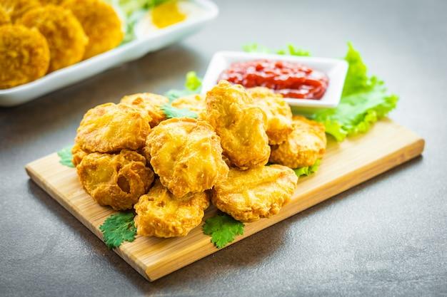 Frittiertes hühnerfleisch-nugget mit tomaten- oder ketchup-sauce Kostenlose Fotos