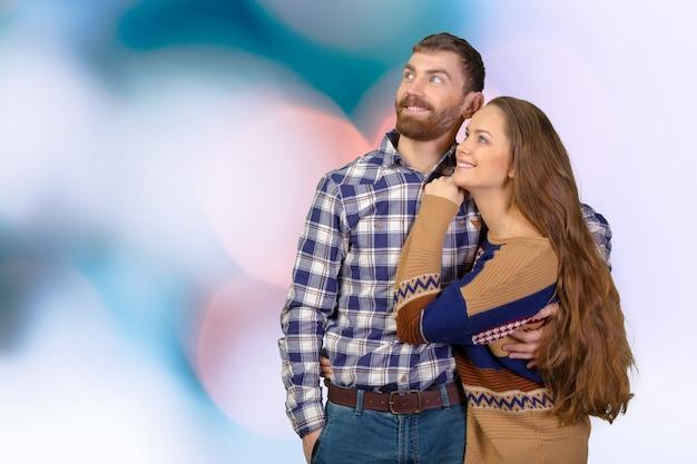 Fröhlich junges paar stehend Premium Fotos