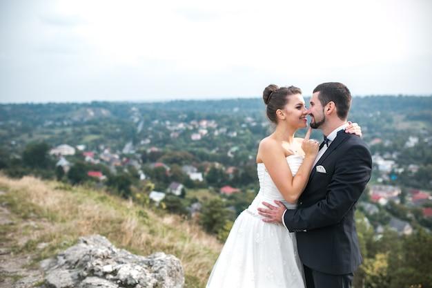 Fröhlich jungvermählten posiert im freien Kostenlose Fotos