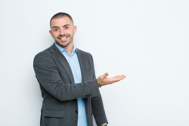 Fröhlich lächeln, glücklich sein und ein konzept im kopierraum mit der handfläche zeigen Premium Fotos