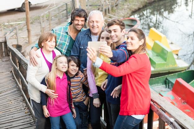Fröhliche familie mitnahmen selfie im freien Kostenlose Fotos