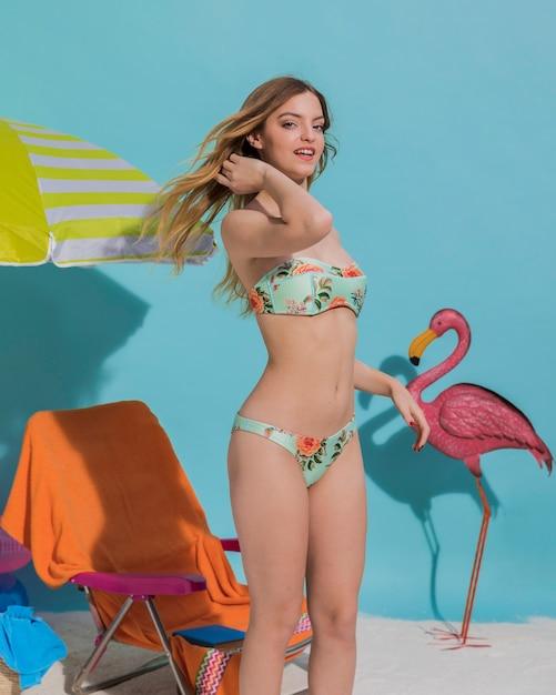 Fröhliche frau im modischen bikini Kostenlose Fotos