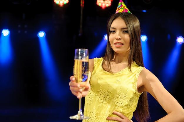 Fröhliche junge firma feiert geburtstag in einem nachtclub. Premium Fotos