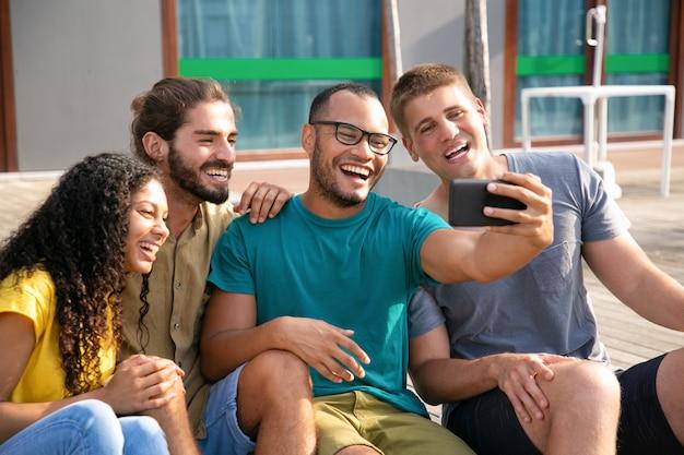 Fröhliche junge freunde während des videochats Kostenlose Fotos