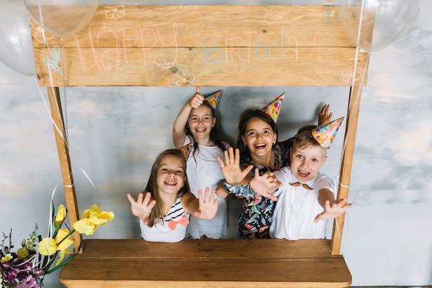 Fröhliche kinder auf geburtstagsfeier Kostenlose Fotos