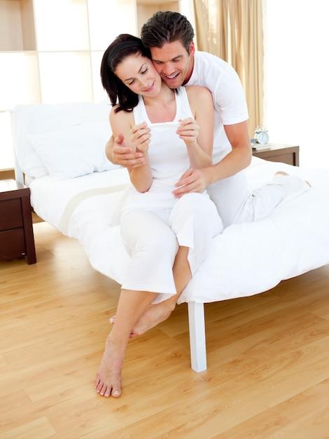 Fröhliche paare, die ergebnisse eines schwangerschaftstests herausfinden Premium Fotos