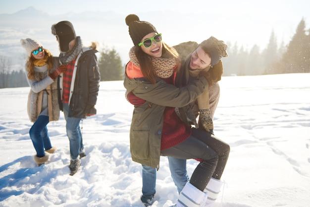 Fröhliche reisende in schneebedeckten bergen Kostenlose Fotos