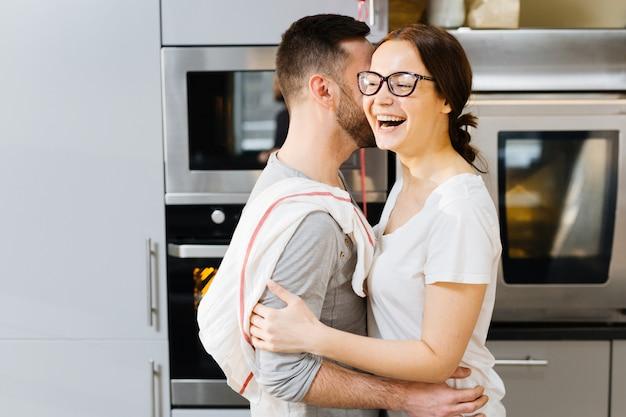 Fröhliche umarmung in der küche Kostenlose Fotos