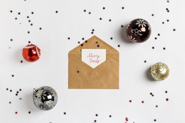 Fröhliche weihnachtsumschlag-dekorationszusammensetzung der weihnachtsgrußkarte Kostenlose Fotos