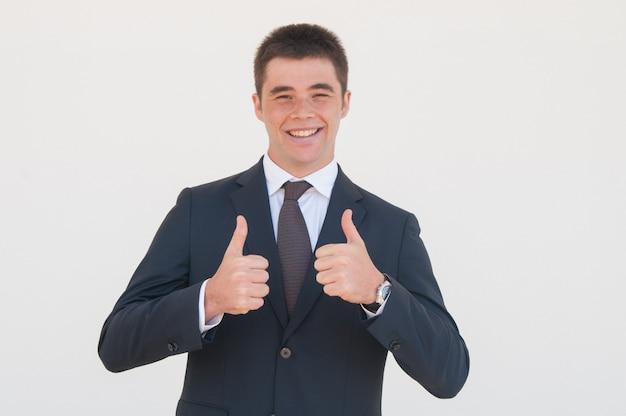 Fröhlicher absolvent oder praktikant, der glücklich ist, seine karriere zu beginnen Kostenlose Fotos