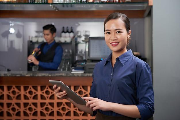 Fröhlicher barbesitzer Kostenlose Fotos