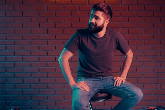 Fröhlicher junger mann in einem nachtclub Kostenlose Fotos