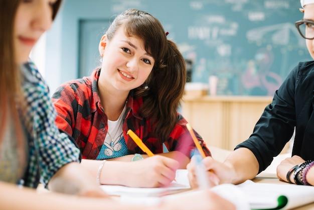 Schulmädchen Wichst Ihren Freund Im Klassenraum