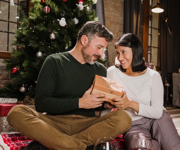 Frohe ältere paare, die geschenke austauschen Kostenlose Fotos