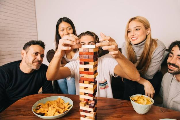 Frohe freunde, die tabletopspiel spielen Kostenlose Fotos