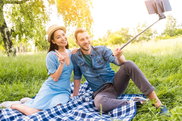 Frohe gemischtrassige erwachsene paare, die selfie nehmen Kostenlose Fotos