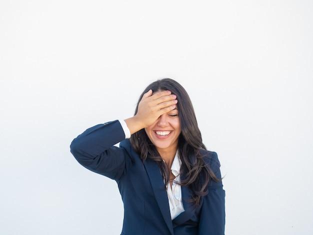 Frohe glückliche geschäftsfrau, die über lustigen witz lacht Kostenlose Fotos