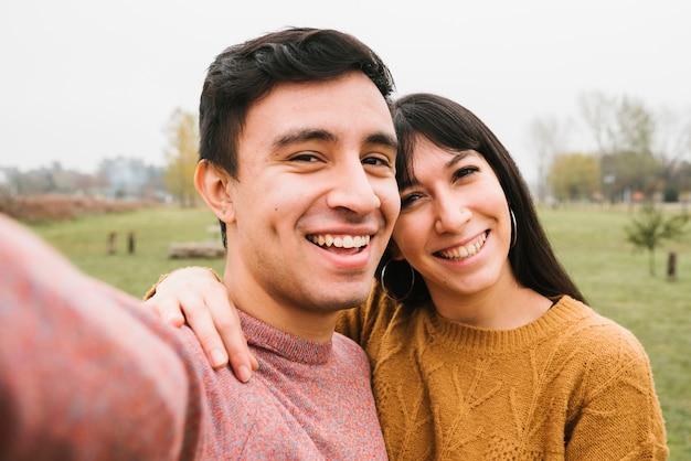 Frohe junge paare, die selfie nehmen Kostenlose Fotos