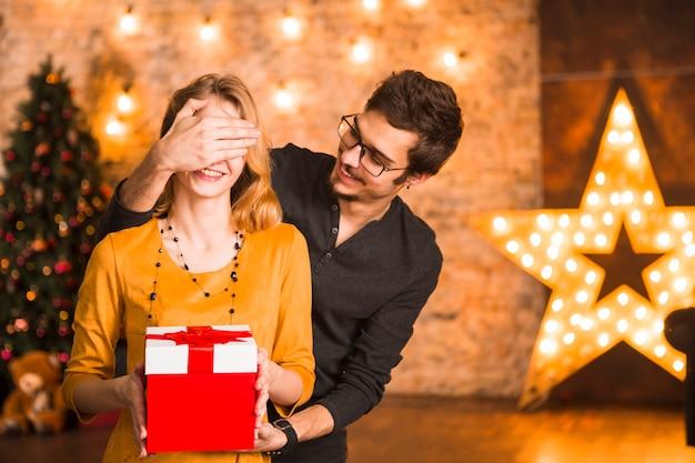 Weihnachten Feiern.Frohe Paare Die Zusammen Weihnachten Feiern Download Der