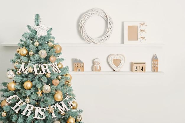 Frohe weihnachten dekoration auf weihnachtsbaum Premium Fotos