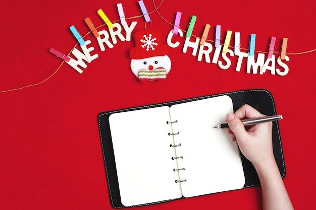 Frohe weihnachten grußnachricht auf rot Premium Fotos