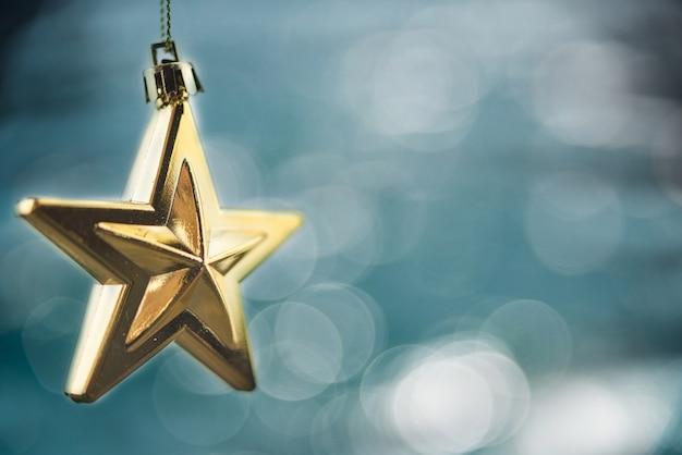 Frohe weihnachten-konzept mit hängenden sternverzierungen Premium Fotos