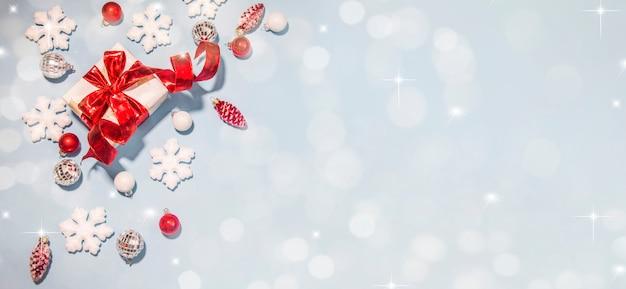 Frohe weihnachten und ein frohes neues jahr, feiertagsgrußkarte mit unscharfem bokehhintergrund Premium Fotos