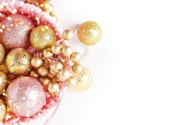 Frohe weihnachten und ein glückliches neues jahr. goldene weihnachtsspielwaren auf einem hellen hintergrund. tiefenschärfe. ansicht von oben. weihnachten hintergrund. hintergrund mit textfreiraum. Premium Fotos